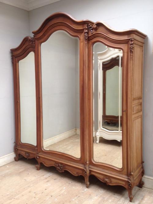 If4008 Antique Triple Door Armoire